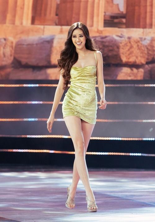 Buổi tổng duyệt diễn ra trong khoảng 2 giờ. Các thí sinh trải qua phần giới thiệu bản thân, làm quen với các tuyến đi khi diễn áo dài, áo tắm và trang phục dạ hội. Họ mặc trang phục tự do, khoe vóc dáng trên sân khấu. Trong hình là Nguyễn Trần Khánh Vân - giải Bạc siêu mẫu Việt Nam 2018. Cô từng thi Miss Universe Vietnam cách đây bốn năm và vào top 10.