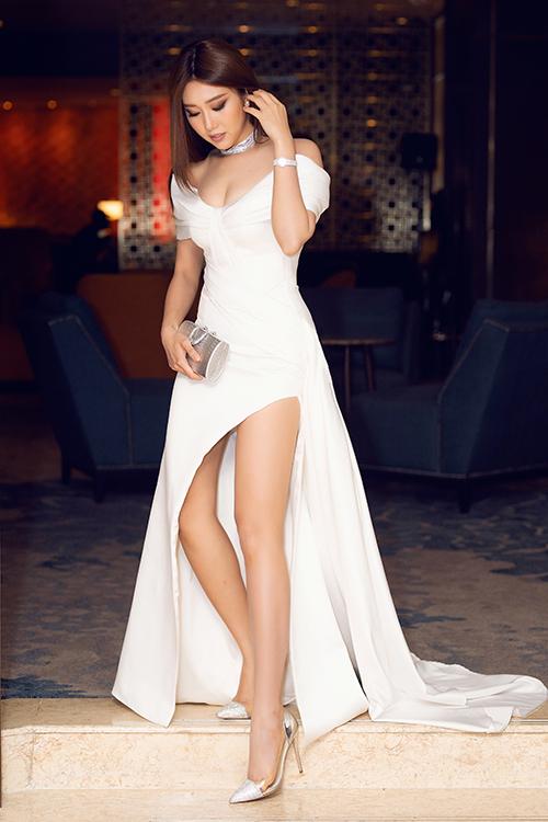 Thúy Ngân thu hút ánh nhìn khi chọn phong cách gợi cảm tại một sự kiện cuối tuần qua. Người đẹp diện váy dạ hội cắt xẻ, khoe vòng một đầy đặn và đôi chân thon dài. Cô khéo léo phối thêm trang sức, phụ kiện ánh bạc, hài hòa với sắc trắng của trang phục.
