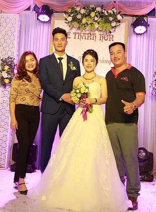 Văn Hoàng tổ chức đám cưới giản dị tại quê nhà.