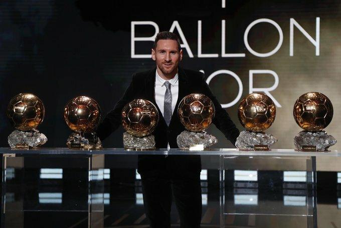 Messi phát biểu bên cạnh 6 Quả bóng Vàng trong sự nghiệp. Ảnh: AP