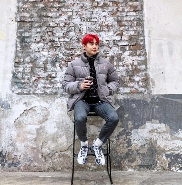 Su Ho để mặt mộc, lên đồ khỏe khoắn đi chơi. Mái tóc đỏ rực giúp trưởng nhóm EXO nổi bật hơn.