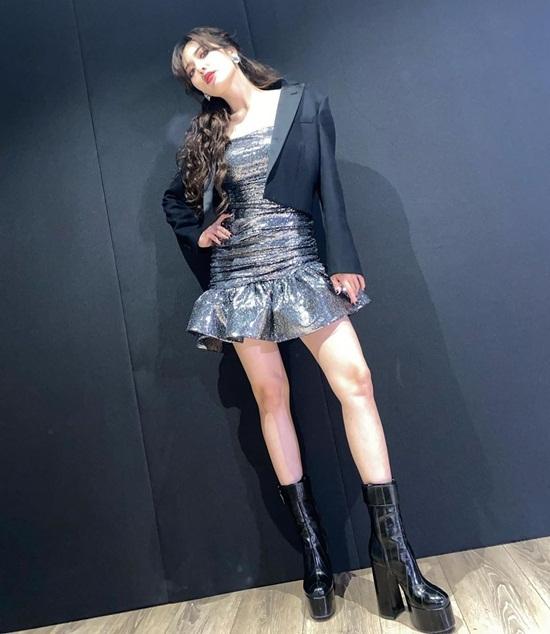 Hyuna đi sự kiện với chiếc váy ngắn cũn, đôi boots đế khủng.
