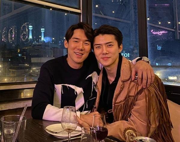 Se Hun (phải) và nam diễn viên Yoo Yeon Seok hẹn hò ăn tối, chụp ảnh tình như một cặp đôi.