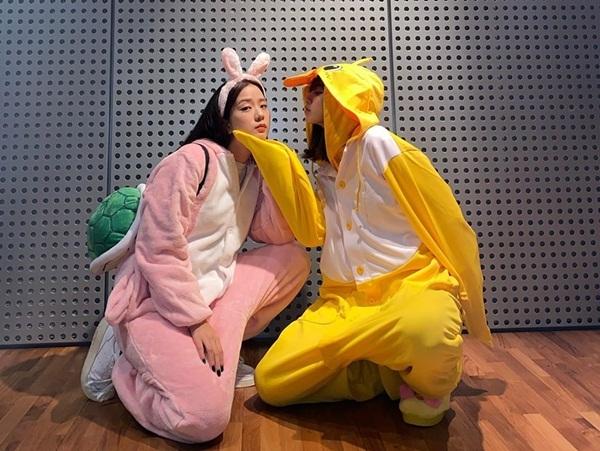 Thỏ hồng Ji Soo và Vịt vàng Lisa nghịch ngợm tạo dáng khiến các fan hò nhau đẩy thuyền Lisoo.