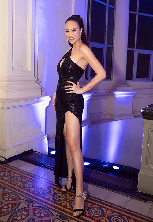 Bộ váy đen sequin khoét ngực và có đường xẻ cao quá đùi của NTK Katy Nguyễn giúp cô khoe triệt để được body đáng ngưỡng mộ.