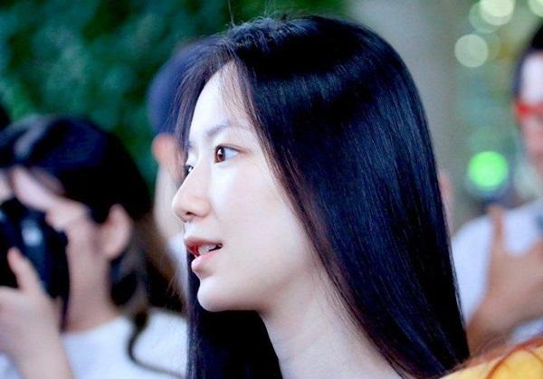 Mỹ nhân mặt mộc thế hệ 3 là visual mới nổi Shu Hua của nhóm (G)I-DLE. Vẻ đẹp của Shu Hua được đánh giá là lạnh lùng, hơi khó thấm. Nhưng càng ngắm những hình ảnh ít son phấn, thậm chí là mộc hoàn toàn của Shu Hua, fan Kpop mới gật gù tán thưởng nhan sắc của visual nhóm nữ nhà Cube.