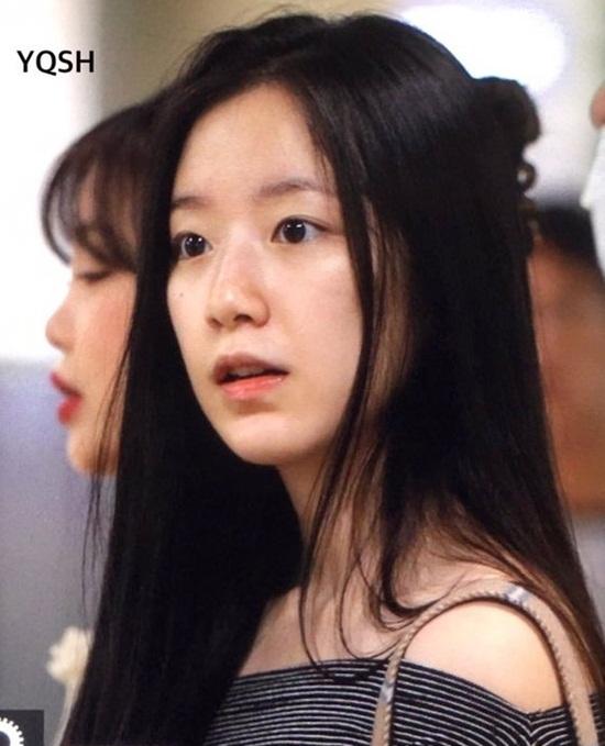 Shu Hua thường xuyên để mặt mộc ra sân bay. Cô nàng được khen có làn da sáng mịn.