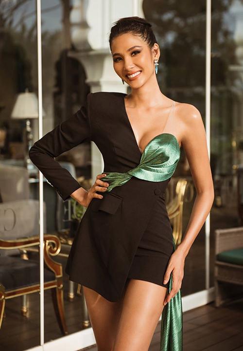 Dù phủ nhận nghi vấn nâng ngực, Hoàng Thùy có số đo gợi cảm vượt bậc khi thi Miss Universe 2019 so với thời còn tham dự Hoa hậu Hoàn vũ Việt Nam 2017. Với lợi thế vòng một đầy đặn, cô tích cực diện những mẫu váy áo sexy hết cỡ.