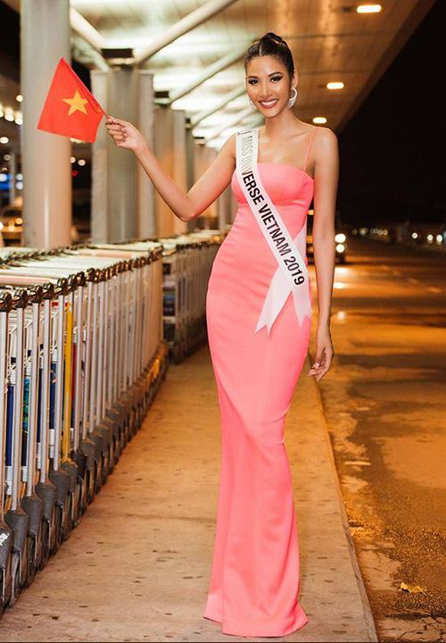 Hoàng Thùy theo đuổi phong cách gợi cảm khi tham dự Miss Universe 2019. Ngoài việc hợp tác cùng stylist, Á hậu Hoàn vũ Việt Nam 2019 còn tự chuẩn bị trang phục, thậm chí may đồ cho bản thân để có vẻ ngoài hoàn hảo nhất trong cuộc thi. Với chiều cao 1,78 m, cô đặc biệt yêu thích những dáng váy dài chấm đất, giúp thân hình càng thêm thanh mảnh.