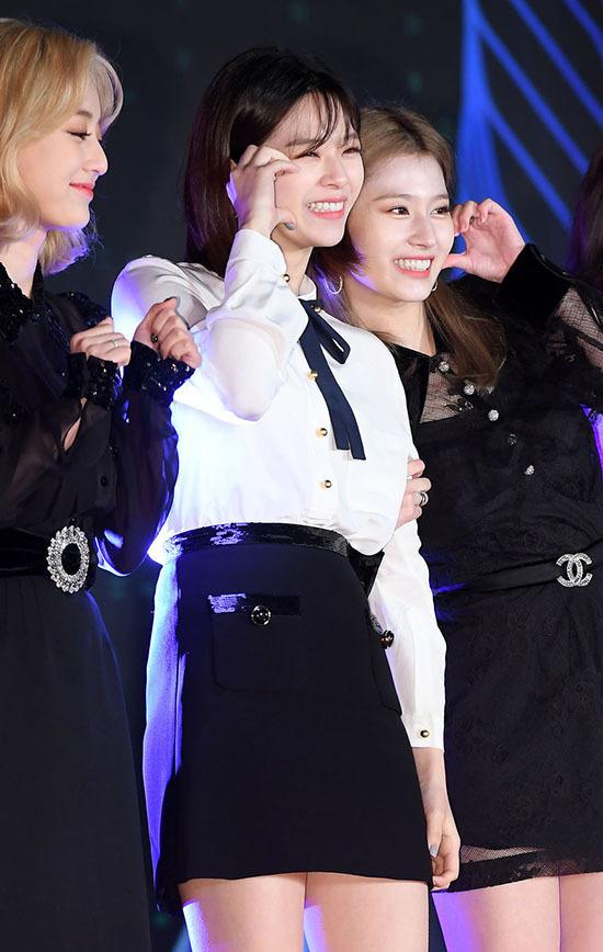Jeong Yeon và Sana làm aegyo đáng yêu.