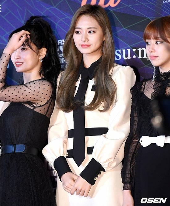 Các cô gái Twice khoe nhan sắc đỉnh cao trên thảm đỏ. Tzuyu xuất hiện trên top tìm kiếm ở Hàn.