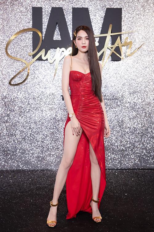 Ngọc Trinh luôn nổi bật trên thảm đỏ với độ chặt chém. Cô hút ống kính khi diện váy dây đỏ rực với đường xẻ tà cao tít tắp để lộ đôi chân thon. Người đẹp Trà Vinh còn nối tóc dài để toát lên vẻ nữ tính, quyến rũ.