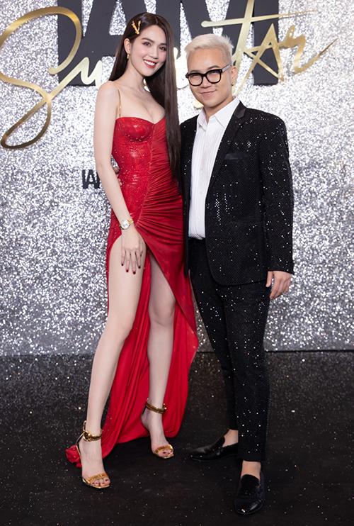 Quy tụ trên thảm đỏ ra mắt BST Xuân/ Hè 2020 là cả một rừng sao Việt gồm các hoa hậu, á hậu, diễn viên, model... khiến không khí trở nên nóng.