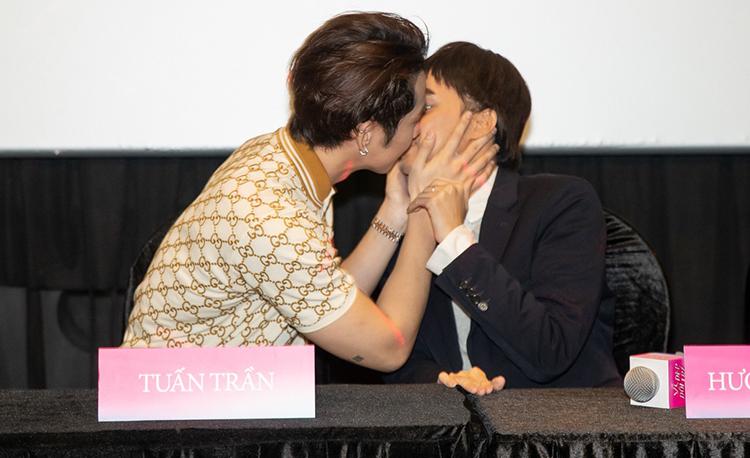 Tại buổi giới thiệu, Hương Giang - Tuấn Trần không ngại khi tái hiện lạ nụ hôn trên màn ảnh.