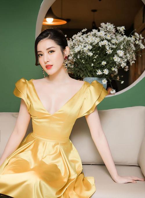 Huyền My khoe vẻ đẹp mong manh bên lọ cúc họa mi đặc trưng Hà Nội mùa đông.