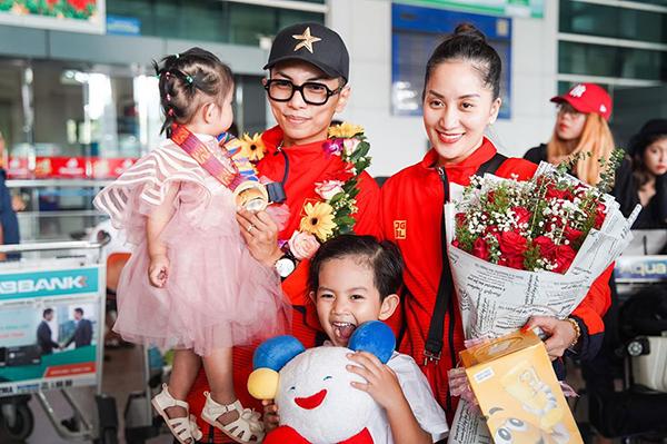 Khánh Thi - Phan Hiển được hai con đón ở sân bay khi trở về sau chuyến thi đấu thành công tại Philippines và giành HCV SEA Games.