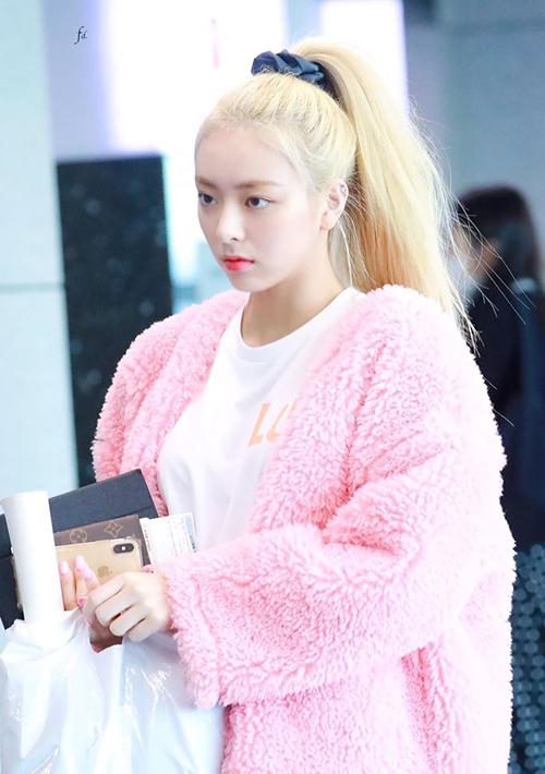 Những bộ trang phục tông hồng và trắng kết hợp mang đến vẻ nổi bật ở sân bay cho idol 16 tuổi.
