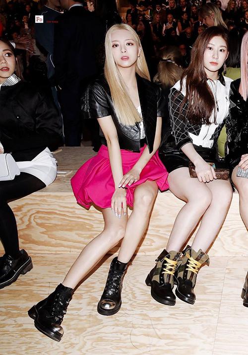 Hồi tham dự Paris Fashion Week, Barbie 16 tuổi đã ghi dấu ấn với chiếc váy xòe màu hot pink cực kỳ hợp làn da trắng.