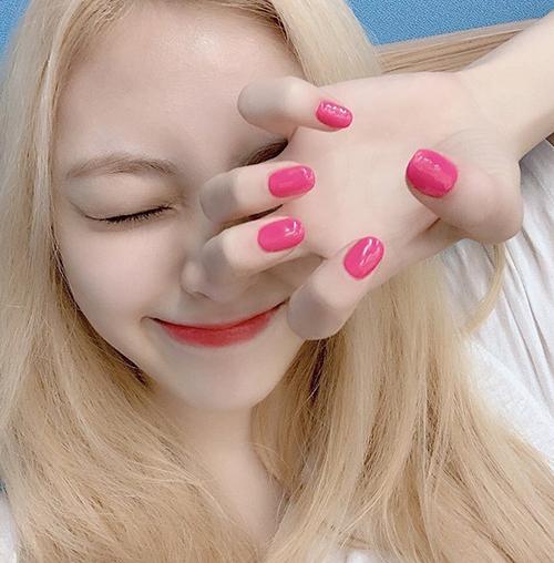 Độ cuồng màu hồng của Yuna còn thể hiện trong việc cô nàng đánh sơn móng tay tông xuyệt tông.