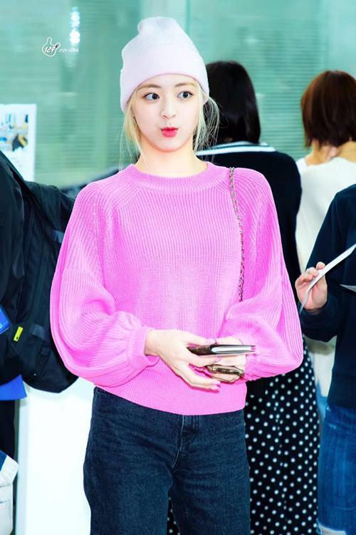 Trong những lần ra sân bay gần đây, thành viên ITZY đều ưu ái gam màu rực rỡ này. Hồng vốn là tông rất kén da, dễ sến, tuy nhiên nó giúp Yuna tôn lên nhan sắc ngọt ngào, đáng yêu.