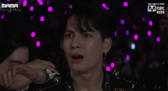 Biểu cảm hoảng hốt của Jackson Wang (GOT7) trước sân khấu của chủ tịch JYP khiến cộng đồng fan Kpop rúng động.