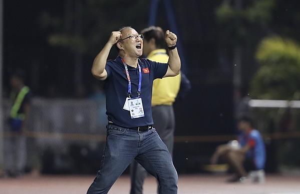 HLV Park Hang-seo ăn mừng sau khi gỡ hòa Thái Lan. Ảnh: Đức Đồng.