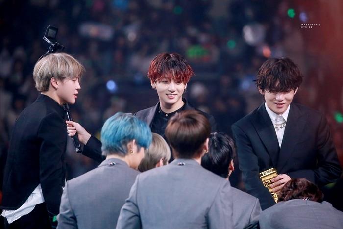 Bộ ba maknaeline của BTS: Ji Min, Jung Kook và V trò chuyện cùng đàn em TXT. Người hâm mộ xúc động khi thấy dàn em út của BTS đã ra dáng đàn anh trước các hậu bối cùng công ty.