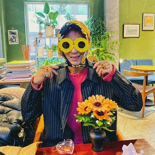 Mino (Winner) hóa bà thím hoa hướng dương chọc cười fan.