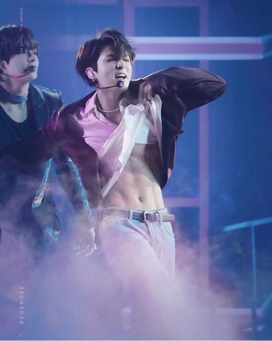 Ảnh GIF Jung Kook khoe cơ bụng 6 múi được fan chia sẻ rần rần - 1