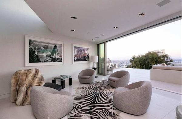 Căn hộ sử dụng nội thất cao cấp. Tranh treo tường phù hợp với gu thẩm mỹ cá nhânđược Nathan Lee tỉ mỉ lựa chọn.