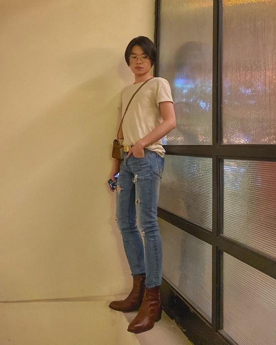 Quang Trung gây cười cho fan khi chụp ảnh trên... cửa sổ.