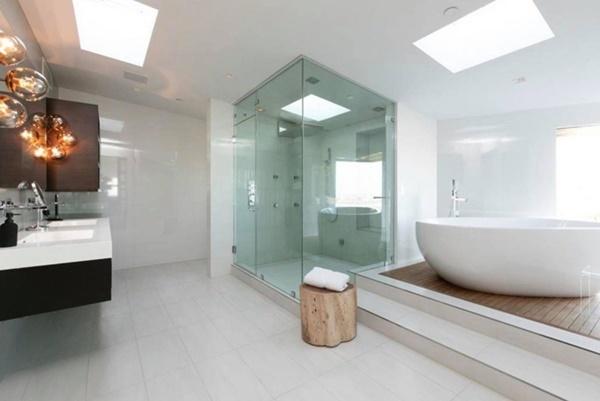Phòng tắm cỡ lớn đầy đủ công năng.