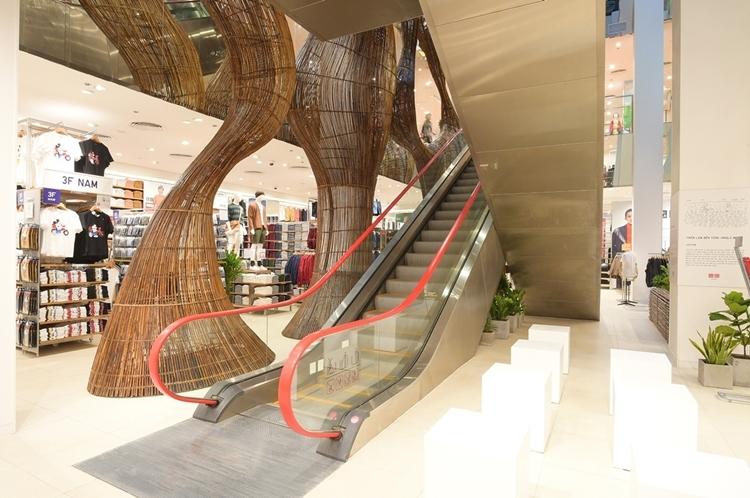 Với tổng diện tích hơn 3.000 m2, không gian mua sắm nơi đây tha hồ để mọi đối tượng thỏa sức mua sắm. Cửa hàng có hai lối ra vào ở đường Lý Tự Trọng và Đồng Khởi.