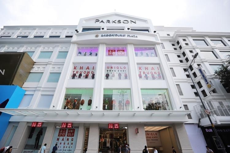 Ngày 5/12, Uniqlo khai trương cửa hàng đầu tiên tại Việt Nam. Batầng quần áo nằm trong trung tâm thương mại Parkson Saigon Tourist Plaza. Những ngày qua, thông tin về thương hiệu thời trang này về Việt Nam gây xôn xao với nhiều tín đồ thời trang.