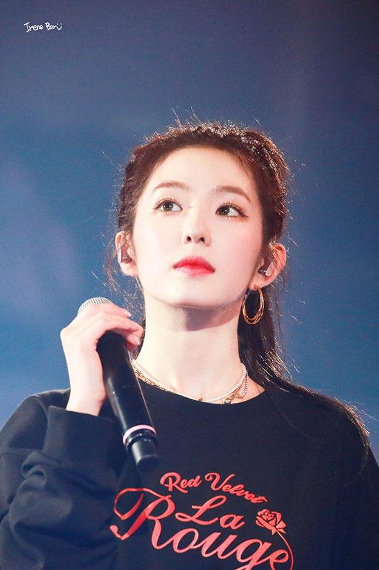 Mỹ nhân thứ ba gia nhập vào hàng ngũ MC dịp cuối năm là Irene. Thành viên Red Velvet kết hợp cùng Park Jin Young (GOT7) trong KBS Gayo Daechukje ngày 27/12. Bộ đôi idol có khí chất giống diễn viên lần đầu hợp tác, hứa hẹn hút hồn khán giả bằng visual đỉnh cao.