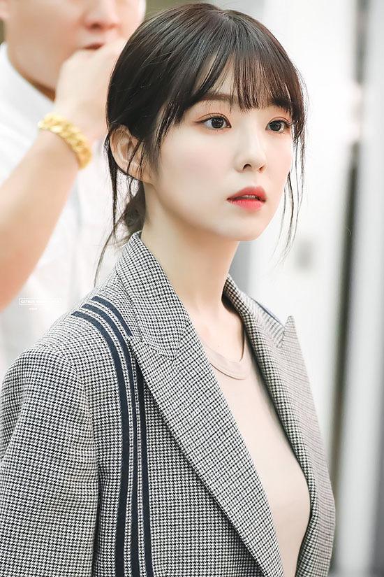 Irene khá đắt show làm MC nhờ ngoại hình xuất sắc cùng khả năng MC trôi chảy. Cô nàng có kinh nghiệm làm MC của Music Bank.