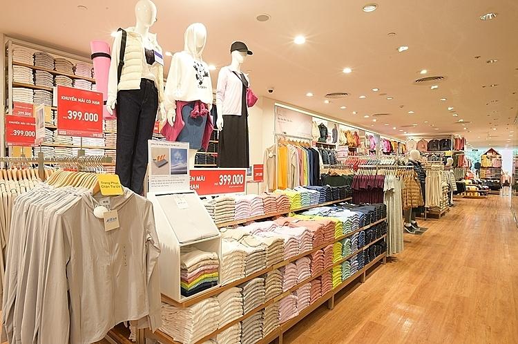 Khu vực bày bán trang phục cho nữ giới.
