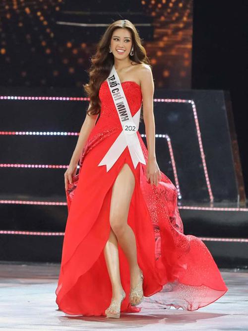 Khánh Vân diễn trang phục dạ hội ở đêm thi bán kết.