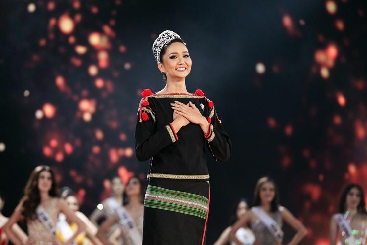 Thành tích top 5 Miss Universe của HHen Niê mang về niềm tự hào cho người Việt. Cô được Missosology - chuyên trang nhan sắc hàng đầu thế giới - trao giải thưởngVẻ đẹp vượt thời gianhồi đầu năm. Người đẹp bật khóc ở thời khắc chuyển giao vương miện.