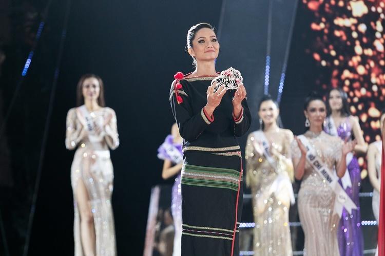 HHen Niê ôm vương miện trên tay.Cô mong tân hoahậu đủ bản lĩnh để tiếp bước mình, mang niềm tự hào về cho Việt Nam.