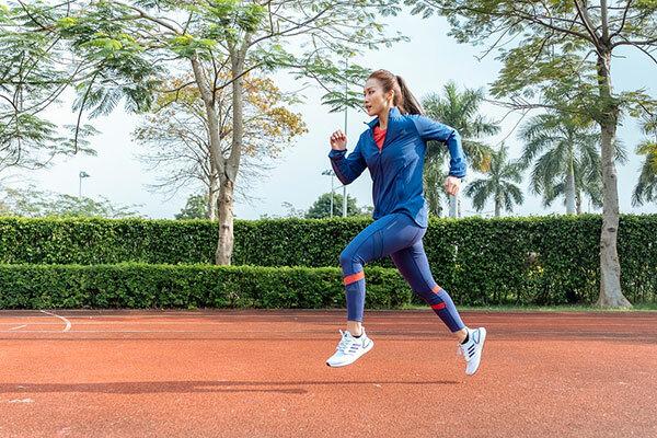 Khả Ngân cảm nhận chạy nhẹ như bay trên đôi giày mới. Ultraboost 20 vẫn giữ bộ đế Boost nổi tiếng của adidas - êm ái và hoàn trả năng lượng, mang đến bước chạy êm, xa và nhanh mà không tốn quá nhiều sức lực. Phần da trên làm bằng vải đan Primeknit cũng được cải tiến với công nghệ số hoá Tailored Fiber Placement đến từng chi tiết nhỏ nhất, mang lại độ ôm và khả năng hỗ trợ người mang ở mức hoàn hảo. Bên dưới upper Primeknit là bộ đệm Boost trải dài trên toàn bộ lòng bàn chân. Xen giữa là một thanh cân bằng Torsion Spring, giúp hỗ trợ tối đa trong khâu phản hồi lực và đảm bảo độ cân bằng. Xuống sâu hơn bên dưới là mặt đế làm từ cao su Continental cho độ bền tối đa, điều đã tồn tại từ những dòng Ultraboost đầu tiên.
