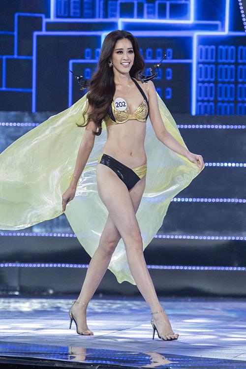 Trong các đêm thi bán kết, chung kết, cô đều thể hiện sự rạng rỡ, tự tin trên sân khấu. Khánh Vân có chiều cao 1,75 m nổi bật cùng số đo ba vòng83-60-90.