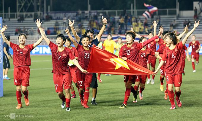 Khoảnh khắc ăn mừng vô địch của các cô gái trên sân. Ảnh:Đức Đồng.