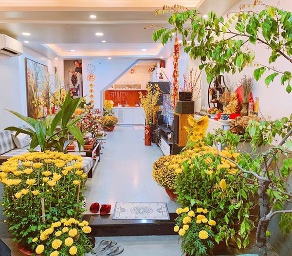 NTK Minh Châu - người từng gắn bó với hoa hậu nhiều năm qua - cho biết Khánh Vân hiện sống cùng ba mẹ và anh trai ở quận Tân Phú, TP HCM. Căn nhà phốhai tầng được thiết kế đơn giản với gam màu trắng chủ đạo.
