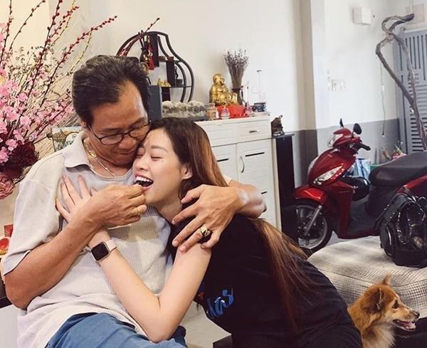 Khánh Vân nũng nịu bên bố.Bố của tân hoa hậu là ông Nguyễn Văn Giảng, sinh năm 1958, làm họa sĩ.  Người đầu tiên hướng cô đến với nghệ thuật là bố. Ông cũng là người đầu tiên mua cho cô đôi giày cao gót. Không những thế, ông Giảngrất ủng hộ con gáilàm đẹp.