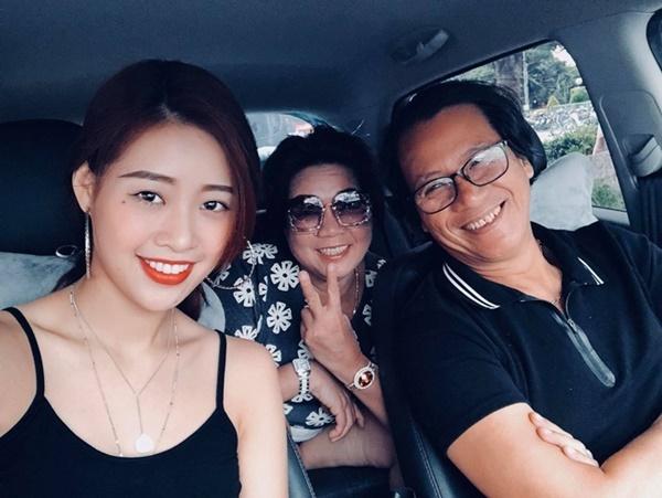 Mẹ Khánh Vân (giữa) là bà Trần Vân My, sinh năm 1962, là cán bộ đã về hưu. Tính cách sôi nổi, đàn ông của Khánh Vân ảnh hưởng nhiều từ mẹ. NTK Minh Châu chia sẻ, hoàn cảnh gia đình Khánh Vân bình thường, không đủ sức mua vương miện. Chiến thắng của Khánh Vân hoàn toàn xứng đáng.