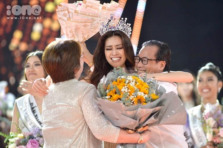 Khoảnh khắc ngắn ngủi Khánh Vân bên ba mẹ sau đăng quang.