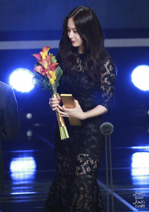 Mẫu váy ren đen không chỉ giúp Krystal khoe body chữ S gợi cảm, vẻ đẹp nữ tính mà còn tôn thêm khí chất tiểu thư đầy đẳng cấp của cô nàng.