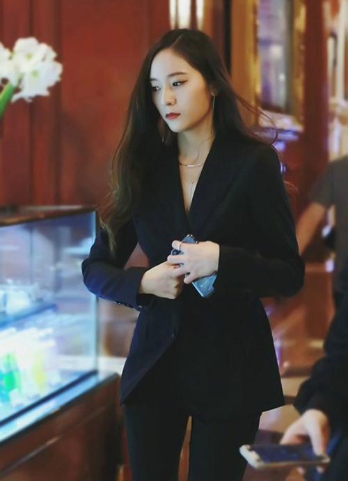 Với bộ vest đen, Krystal như một tổng tài thực thụ, vừa lạnh lùng vừa cool ngầu nhưng vẫn sang hết sức.