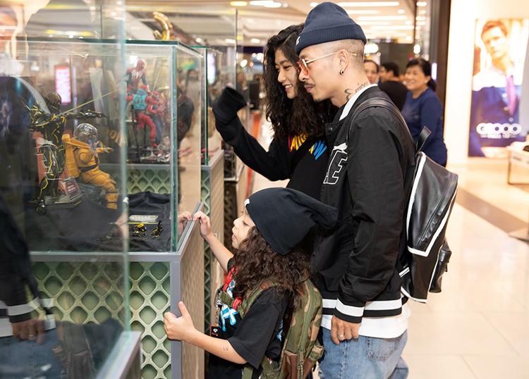 Gia đình nghệ sĩ Việt Max còn tham quan các khu trưng bày đồ chơi mô hình lấy cảm hứng từ những bộ phim bom tấn.